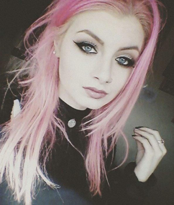 chica con cabello de color rosa