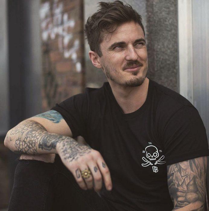 chico guapo con tatuajes
