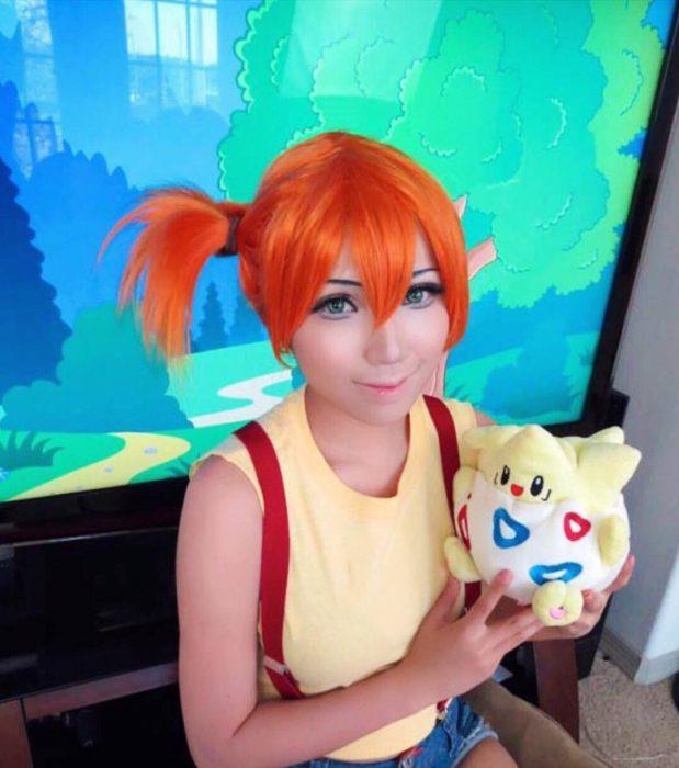 chica disfrazada de Pokemon