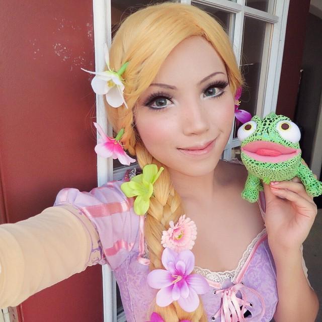 chica disfrazada de Rapunzel
