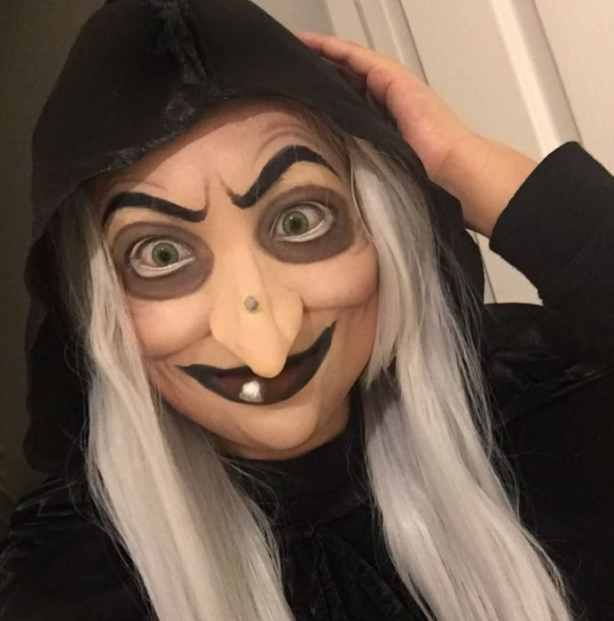 Chica disfrazada de bruja