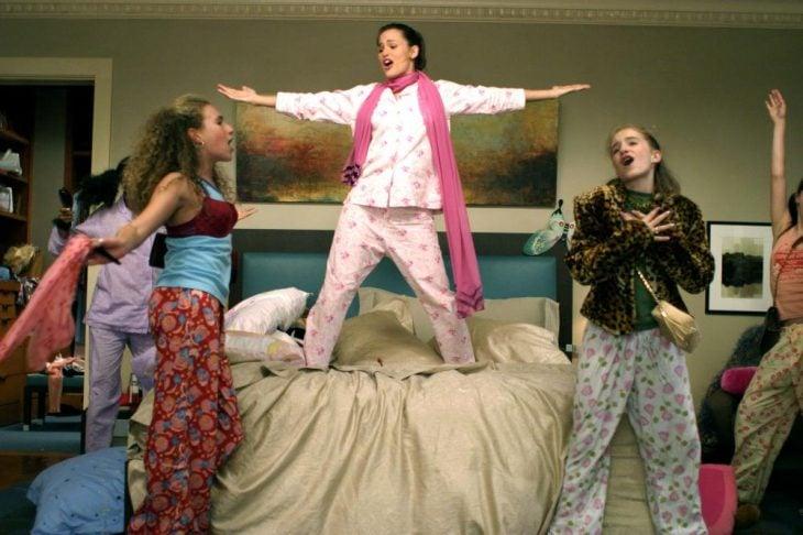chicas cantando bien felices