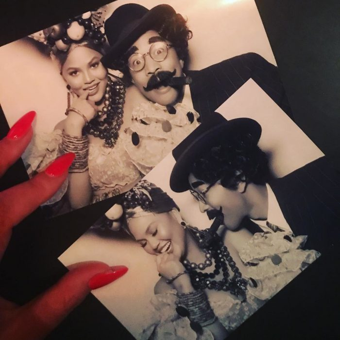 Chrissy Teigen y John Legend como Carmen Miranda y Groucho Marx