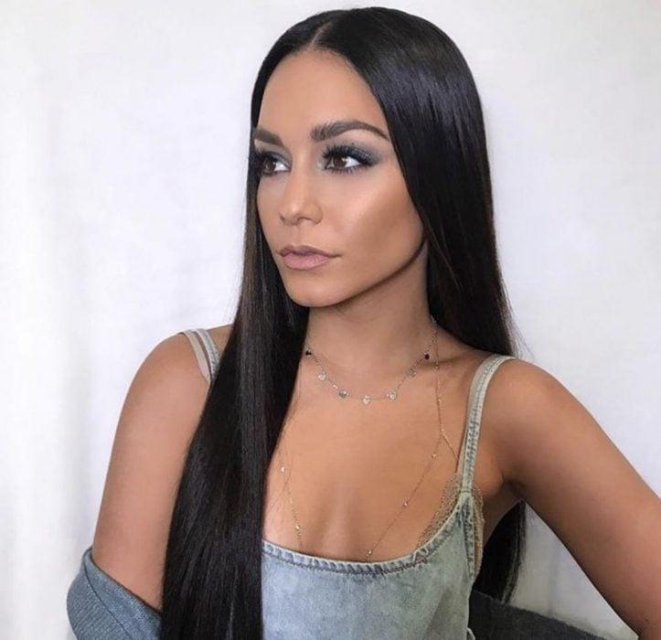 Chica usando un cabello largo y negro