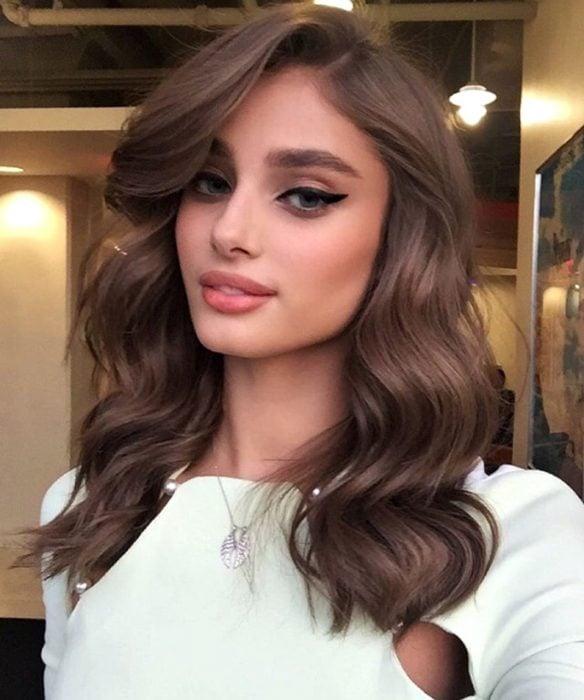 Chica usando un cabello de color marrón