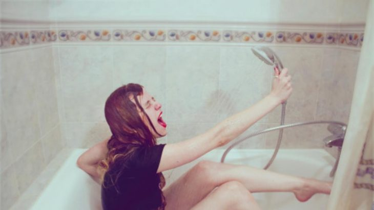 chica cantando en el baño