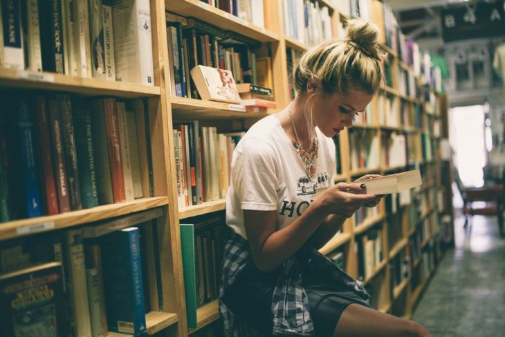 chica leyendo en la biblioteca