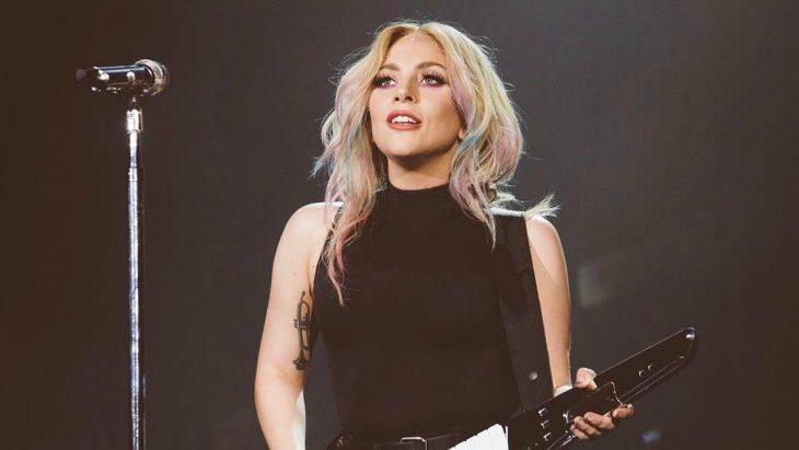 mujer rubia con guitarra