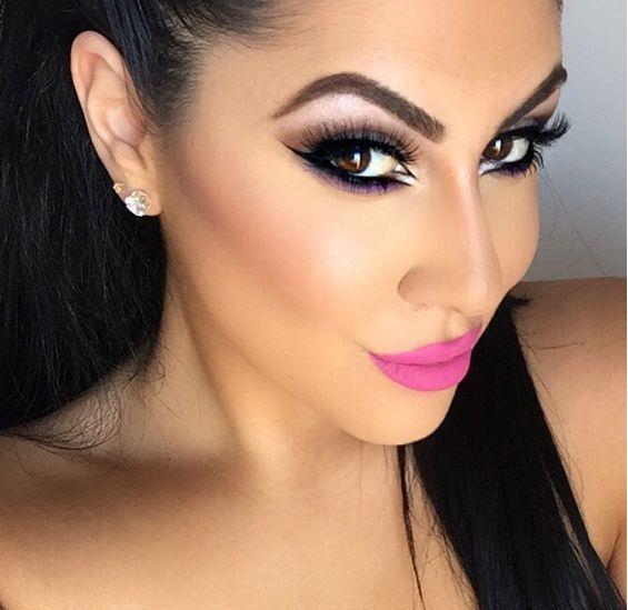 chica usando labial rosa