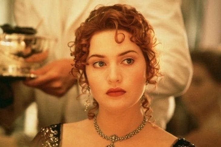 chica usando collar de perlas