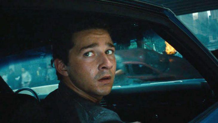 chico adentro de un auto