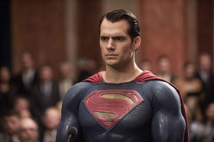 hombre con traje de superman