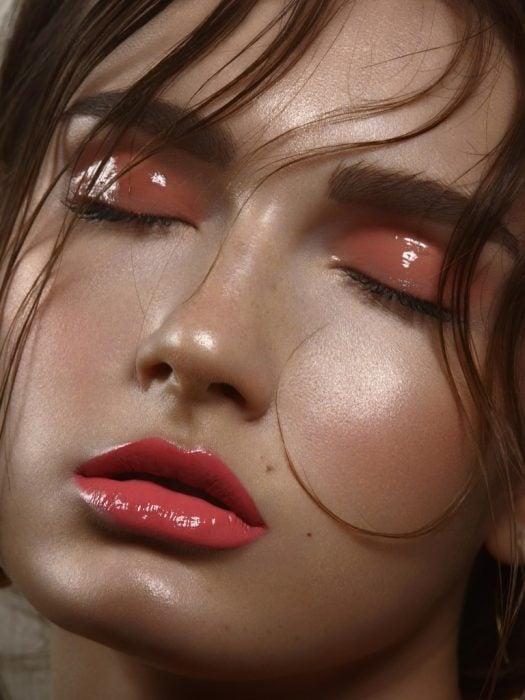 Chica usando gloss como sombra para ojos