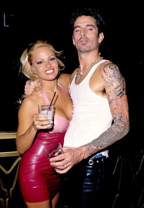 Pamela Anderson abrazando a Tommy Lee