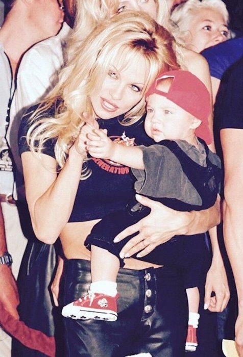 Pamela Anderson sosteniendo en brazos a su hijo mayor