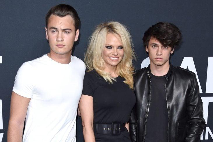 Pamela Anderson posando junto a sus hijos en una alfombra roja