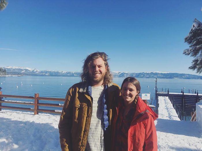 Pareja de novios parados sobre la nieve