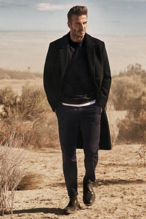 chico caminando en el desierto