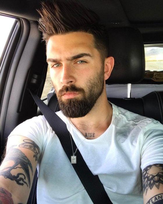 Chris John Millington conduciendo un auto