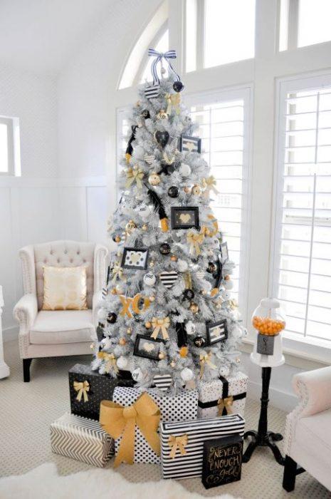árbol de navidad decorado con portaretratos