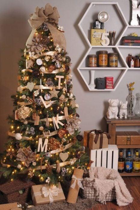 árbol de navidad decorado con cintas doradas