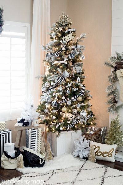 árbol de navidad con cintas blanco y negro