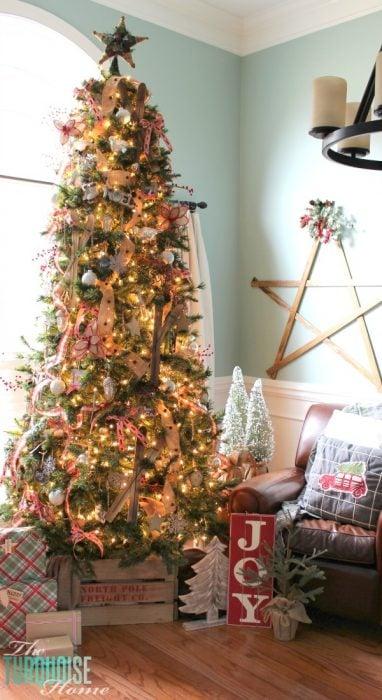 árbol de navidad decorado con adornos enormes