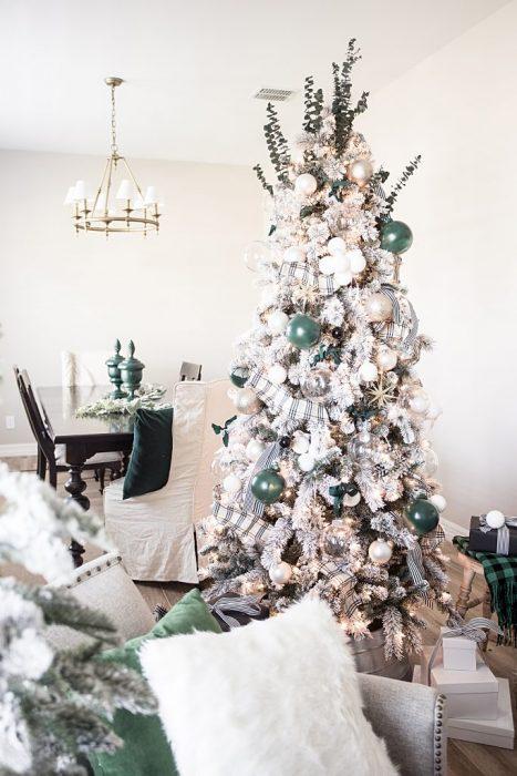 árbol blanco decorado con tonos verdes