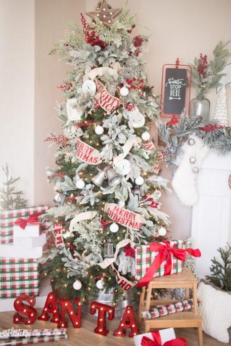 árbol de navidad decorado con listones de color rojo
