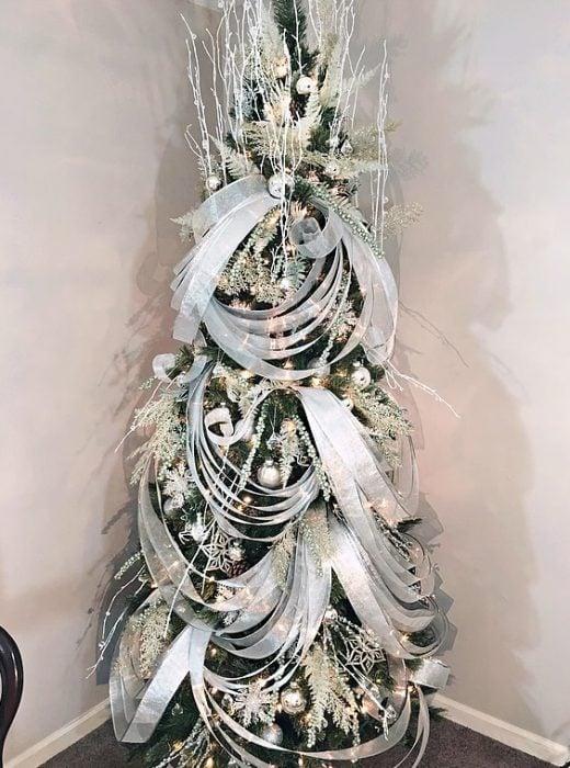árbol de navidad con listones plateados