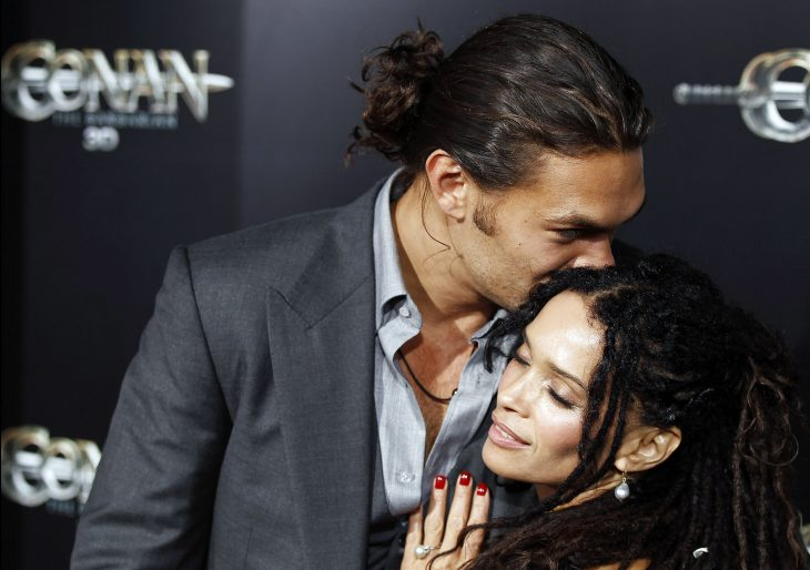 chico besando a su esposa en la frente