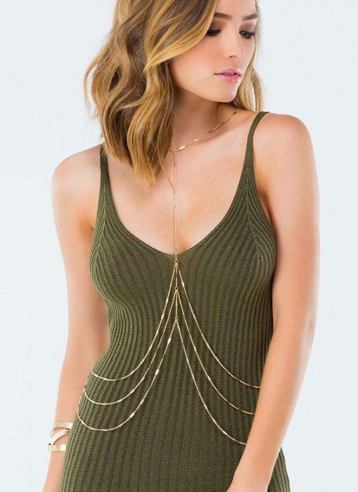 chica usando blusa verde