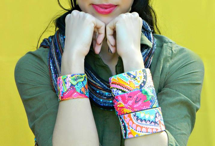 chica usando pulseras de tela