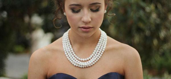 chica usando un collar de perlas