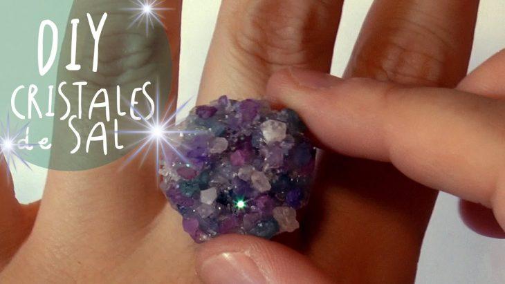 anillo con cristales de colores