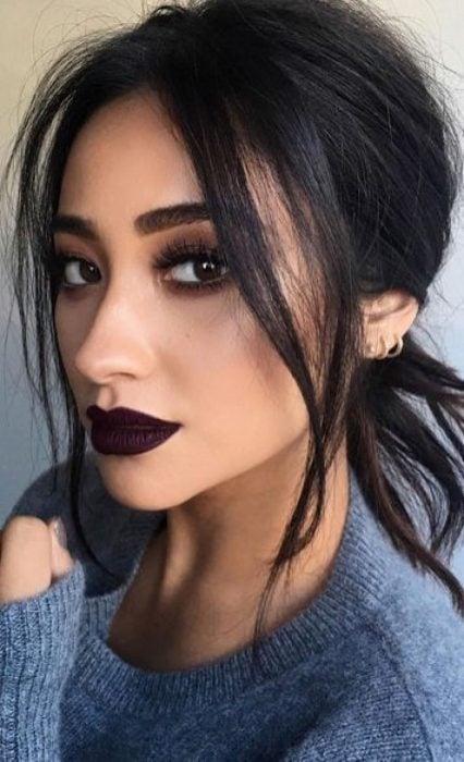 Chica usando los labios en un tono negro