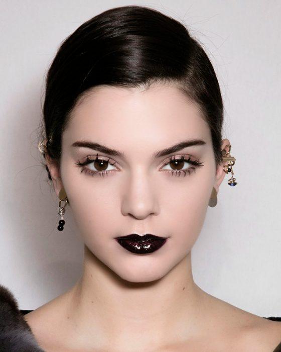 Kendall jenner usando un labial negro
