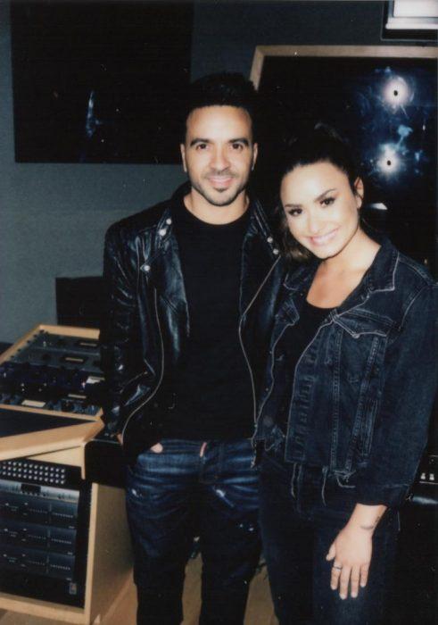 chico y chica usando jeans de mezclilla