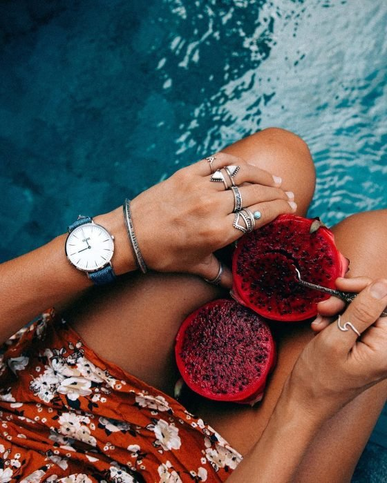 Maneras en las que puedes usar rus anillos apilados en los dedos