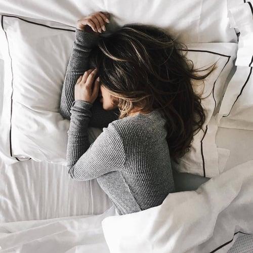 Chica recostada en la cama