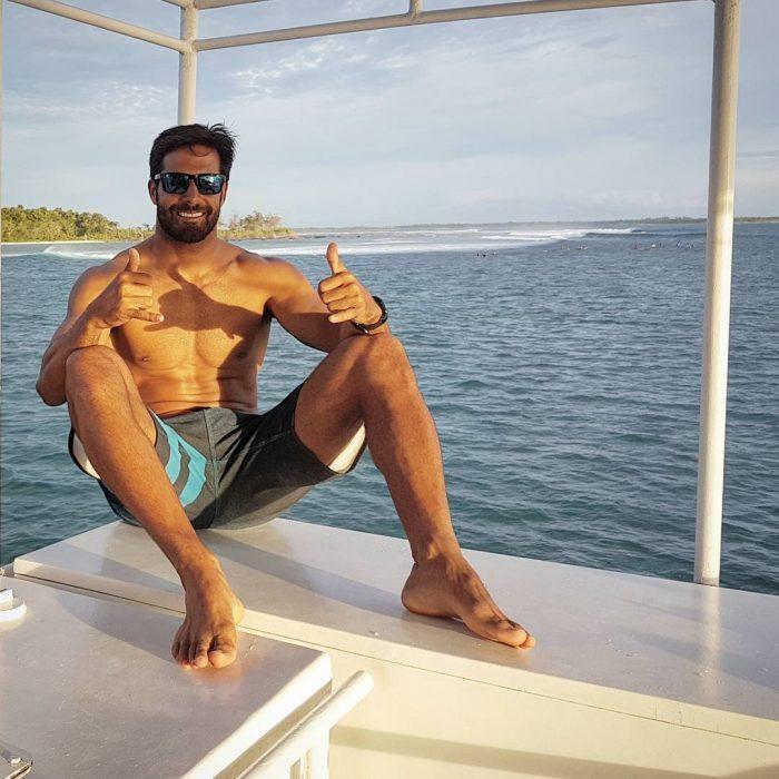 chico en un bote
