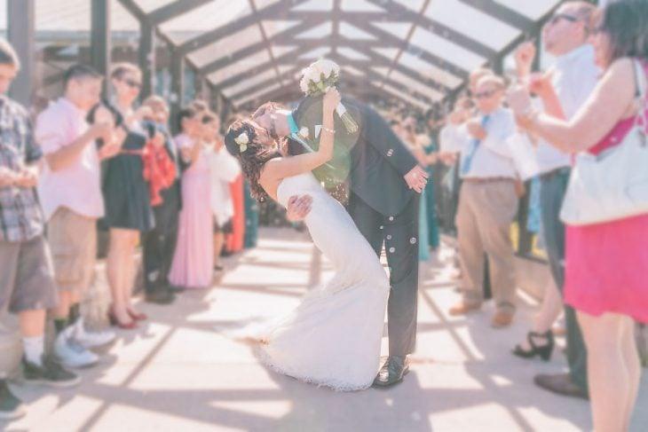 Pareja tomándose una foto el día de su boda