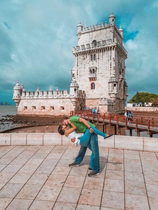 Pareja tomandose una foto en Lisboa Portugal