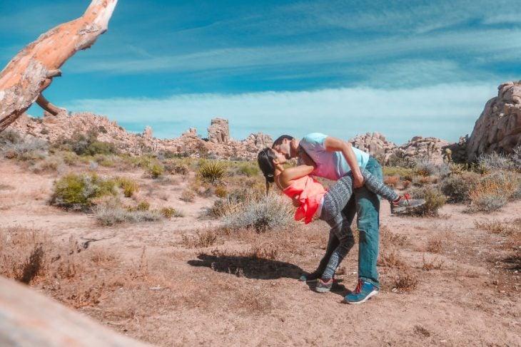 Pareja tomandose una foto en medio de un parque en California Estados Unidos