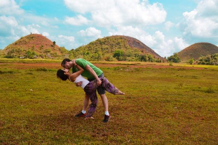 Pareja tomandose una foto en medio de un parque en Filipinas