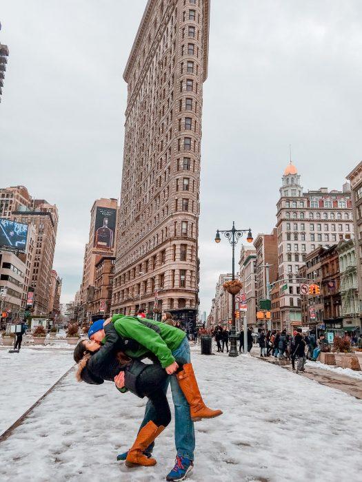 Pareja tomandose una foto en medio de Nueva York