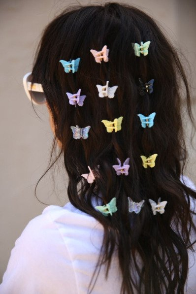 chica con maripositas en el cabello