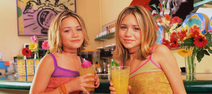niñas tomando agua de sabor