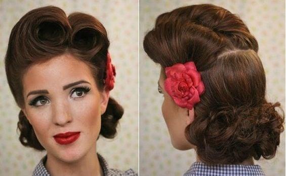 Chica usando una flor en su cabello