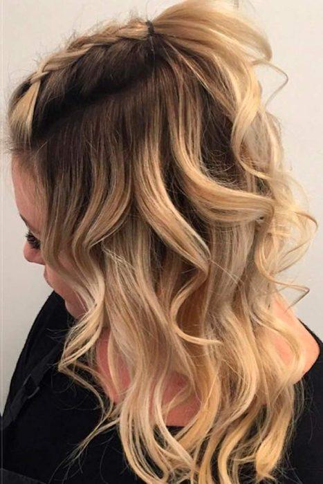 Chicas usando un peinado para cabello de longitud media o mediano